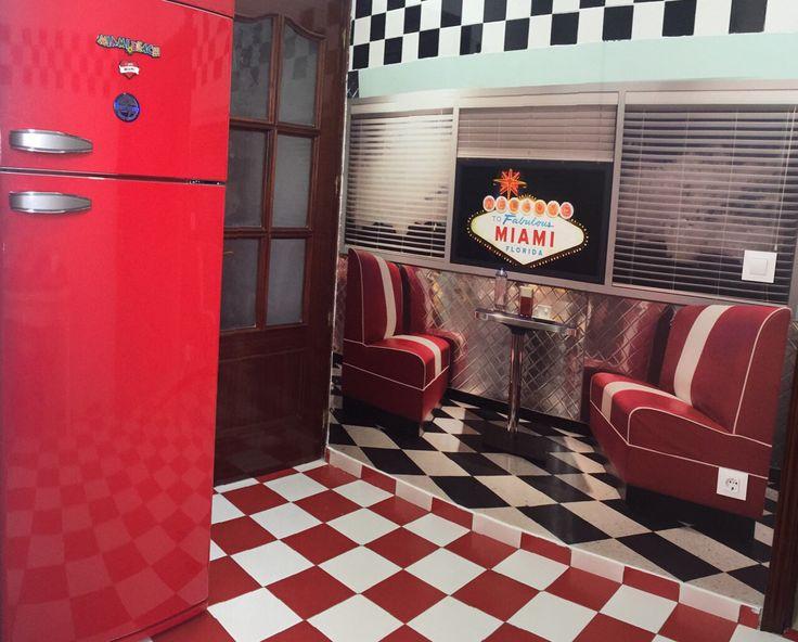 Decoración de cocina con vinilo impreso imitando una cafetería americana de los años 50.