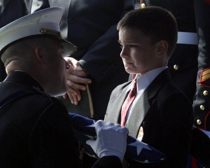 Christian Golczynski, âgé de 8 ans, accepte le drapeau américain qui lui est remis en l'honneur de son père, le sergent Marc Golczynski. Ce dernier a été tué lors d'une patrouille durant son second service en Irak seulement quelques semaines avant son retour chez lui.