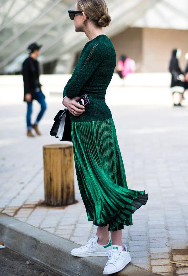 Wanted : une jupe plissée midi irisée, à porter avec des baskets blanches (photo LeClubStyle)