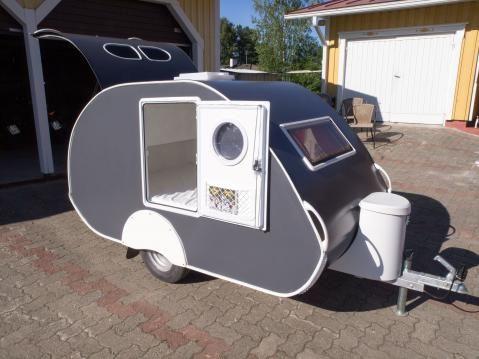 Ulkonäöltään vaunu on kuin pieni auton asuntovaunu.