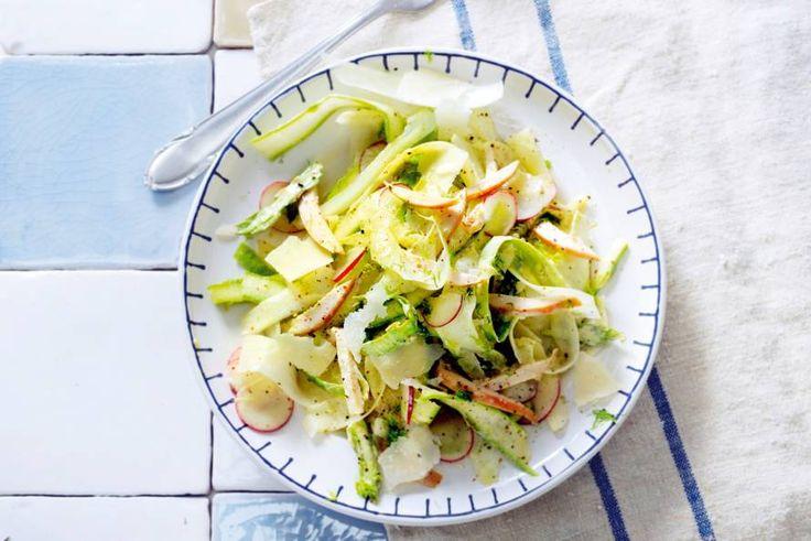 Kijk wat een lekker recept ik heb gevonden op Allerhande! Salade van dungeschaafde witte en groene asperges