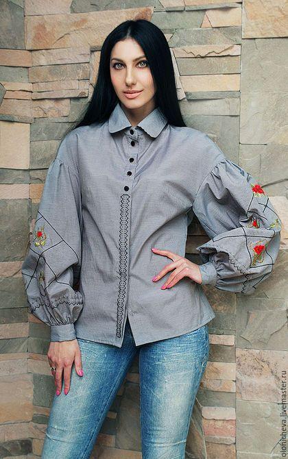 Купить или заказать Вышитая блуза с пышными рукавами 'Красные розы' в интернет-магазине на Ярмарке Мастеров. Блуза с пышным рукавом из итальянского хлопка в мелкую клеточку. Оригинально украшена ручной вышивкой крестиком и букетиками роз ручной вышивкой гладью. Потайная застёжках также украшена вышивкой. Очень женственная и стильная блуза - тренд сезона, смотрится элегантно, но сдержанно. Подойдет под брюки и джинсы, прекрасно впишется как в деловой, так и вечерний образ.
