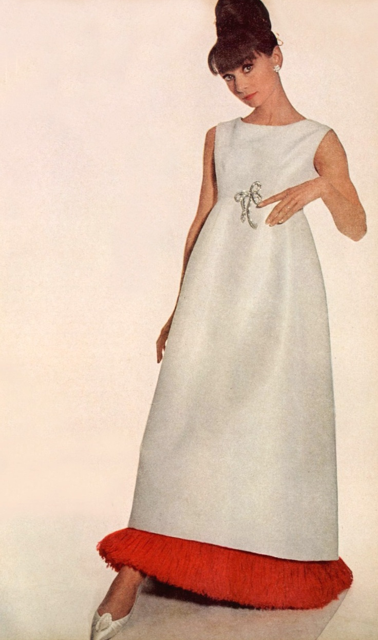 Audrey Hepburn photographed by Irving Penn to a fashion editorial of the American Vogue, published in the edition of November 1964. New York (USA), October 1964. -Audrey was wearing an evening gown by Hubert de Givenchy (of his collection for the Autumn/Winter 1964/65), Cartier earrings (of her personal jewelry collection) and shoes of Roger Vivier for Christian Dior (of her personal wardrobe). Note: The Cartier diamond brooch in the shape of lace was created by Givenchy.
