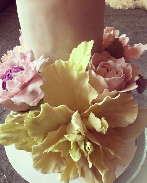 A cukorvirágok most lettek nagy szerelmek. Igaz több időm nem lett de olyan szépek és megéri egy kis extra fáradozás.:-) Eddig kész virágmasszával dolgoztam ami nagyon jó -renshaw- de mindig kibon…