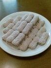 #matildetiramisu #concorso Biscottini farciti - 4 persone. 5 pacchettini di biscotti tipo pavesini, 150 gr. cioccolata spalmabile, 150 cl. latte, 100 gr. cocco in scaglie. Con un cucchiaino spalmare la cioccolata nella parte interna del biscottino e richiuderlo con un altro biscottino (tipo panino).  Impanare il biscottino passandolo velocemente nel latte freddo e poi nel cocco in scaglie.  I biscotti sono praticamente pronti, lasciare in frigorifero fino al momento di servirli agli ospiti.