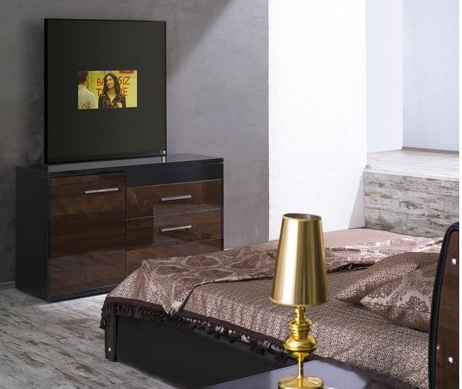 Üretim Yeri : İzmir/Karabağlar-Kısıkköy  Üretici Firma : Gizem Tasarım Mobilya Dekorasyon     Yeni tasarımımız olan bu yatak odası takımımız için uyguladığımız tüm ekstra aksesuarları en yakın zamanda ekstra olarak hemen hemen bütün yatak odası takımlarımız için talep edebileceksiniz:          1-GİZLİ BUZDOLABI       2-KAZAKLIK RAFLARI İÇİNE ÖZEL ÖLÇÜ KASA       3-ŞİFONYER AYNASI LED TV       4-SANDIKLI BAZA       5-ÇAMAŞIRLIK