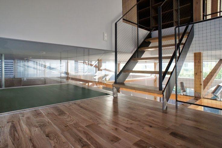 しゃがむと2.5階が浮いているように見える。 階段にはグラインダーの削り跡をそのままにクリア塗装してある。全体的に仕上げすぎない仕上げに。japan-architects.com: 成瀬・猪熊建築設計による住宅「スプリットハウス」