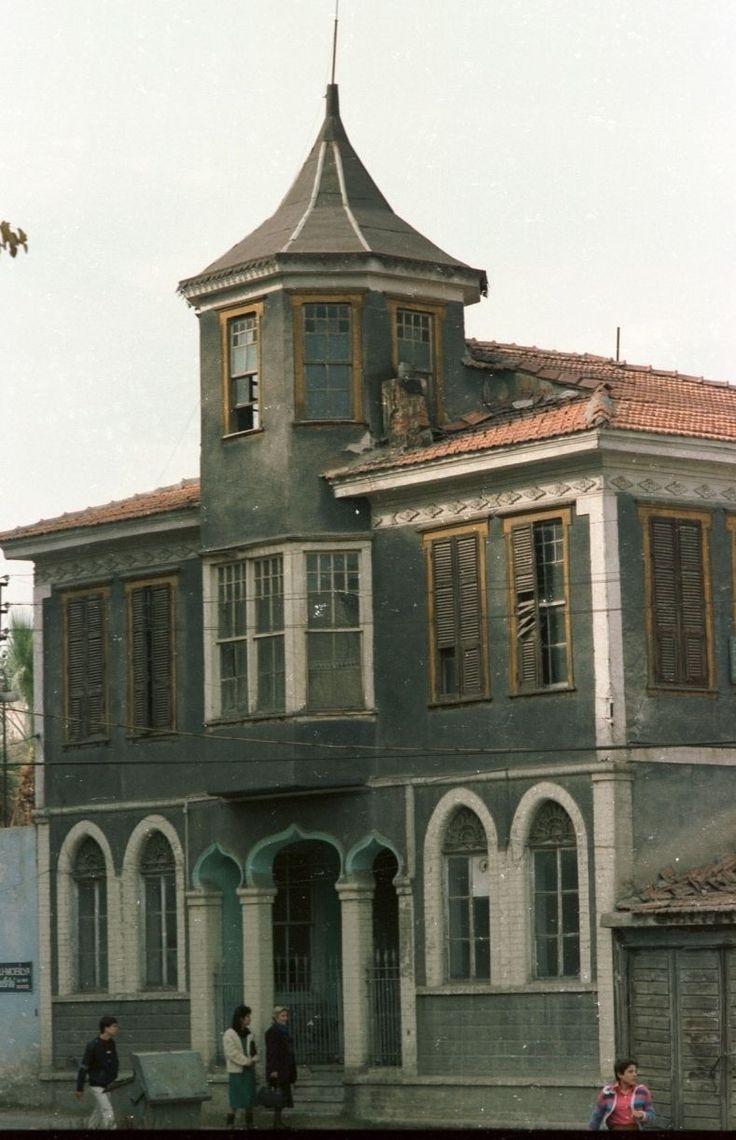 Hulusi Oral evi/Denizli/// Denizli, Merkez, Yücebağ mahallesi, Enverpaşa caddesi, 783. sokak, no: 1'de bulunan ev; 1930'lu yıllarda yapıldığı tahmin edilmektedir . Yapı İki katlı, çatıda bir kulesi ve arka cephede bahçesi olan bir evdir. Bina bağdadi teknikle inşa edilmiştir.