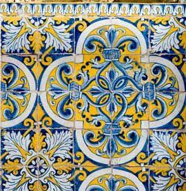 Painel de azulejos da primeira metade do século XVII, de padrão policromo, azul e amarelo, pertencente à igreja de Nossa Senhora da Boa Fé, nos arredores de Évora. Módulo de quatro por quatro azulejos, com fundo amarelo e quadrifólio azul e branco que inscreve entrelaçado de motivos fitomórficos apanhados por braçadeiras. Os interstícios são preenchidos por rosetas de folhas de acanto que rematam em flor-de-lis. Cantoneiras azuis e brancas com motivos vegetalistas estilizados. No topo…