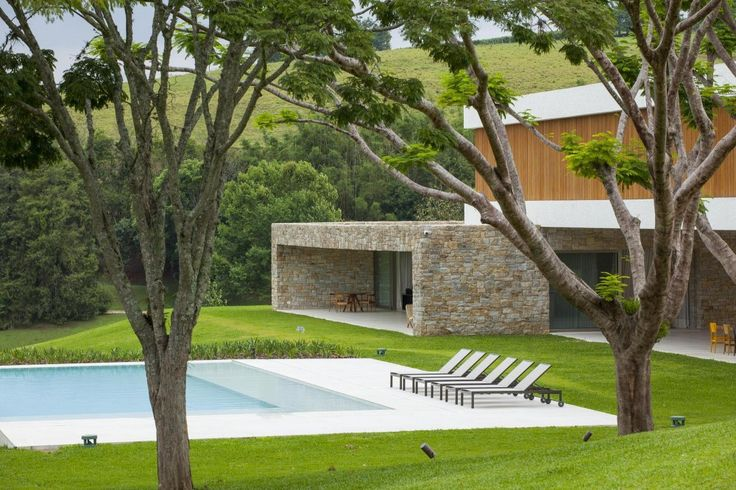 Residência Itatiba / RoccoVidal Perkins+Will. Nice pool and clean lines.