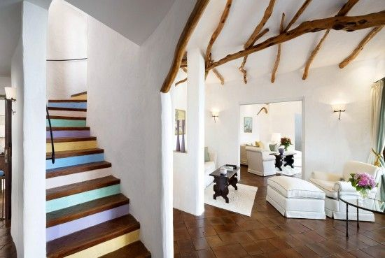 """La suite più cara d'Italia? Ce ne sono parecchie, ma una delle più suggestive è quella dell'Hotel Cala di Volpe in Sardegna. Disposta su più piani, si trova a due passi dal mare cristallino di una delle più belle spiagge del mondo e ha una piscina privata sul tetto. Ha """"solo"""" tre stanze, tre bagni e una Spa privata con area fitness e bagno turco. Uno stralusso che costa 30.000 euro a notte."""