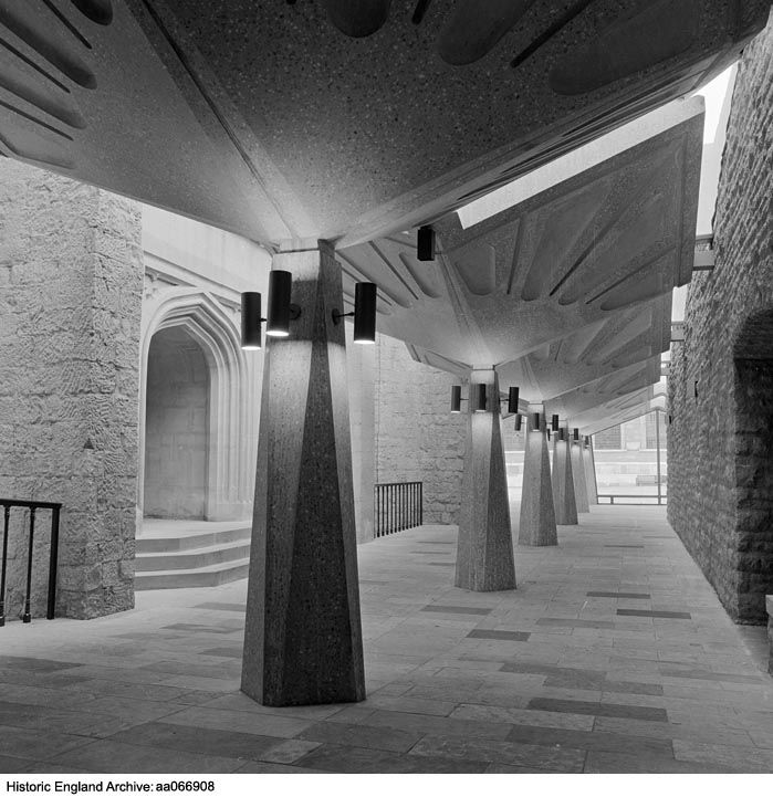 AA066908 The interior of the modern covered walkway linking the Guildhall Library in the City of London to the medieval Guildhall Place:Guildhall Library, Aldermanbury, Greater London, EC2V.   Date: 1972 - 1975.  Photographer: John Gay