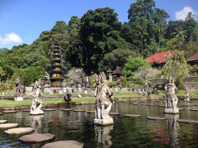 Taman Pura Underwater Temple Sempat menghebohkan media massa, banyak yang menyangka taman air buatan yang terletak di kawasan Pemuteran – Singaraja ini adalah candi kuno yang tenggelam karena naiknya permukaan air laut.