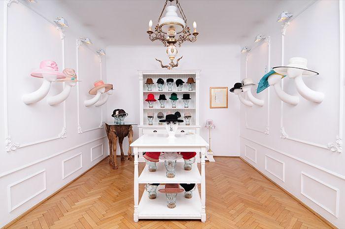 Cum arată showroom ul designerului Kristina Dragomir? Set up artistic cu cele mai cool pălării.