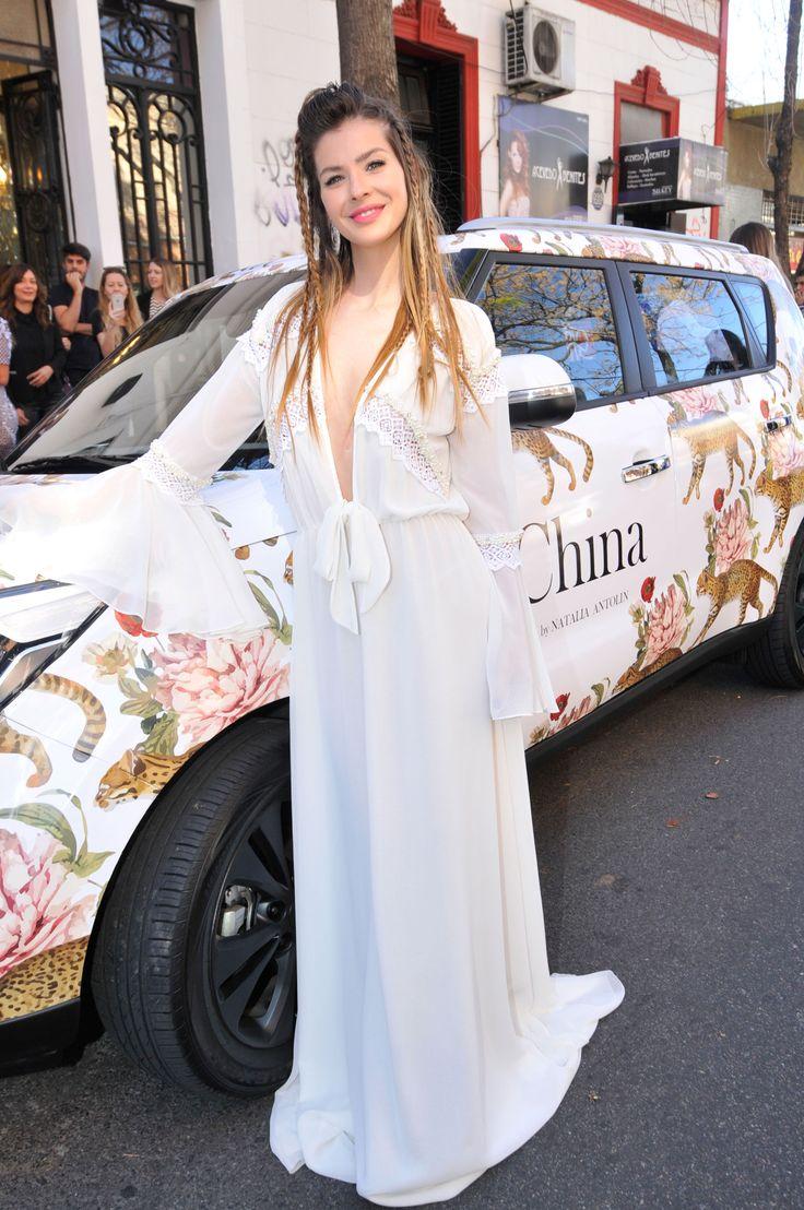La joven lució un vestido blanco, con un escote muy sensual y mangas acampanadas