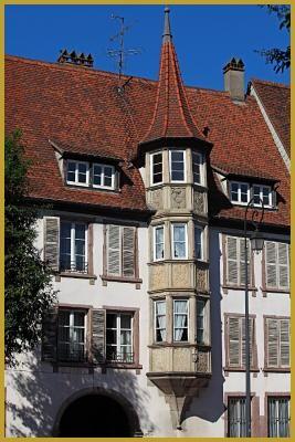 Colmar - rue de turenne - l'ancien hôtel de ville au 9 rue de Turenne à Colmar XVIIe siècle, avec son imposant oriel à trois étages finement décoré de 1606. Tourisme à Colmar, photos de la rue de Turenne à Colmar, photos de Colmar;