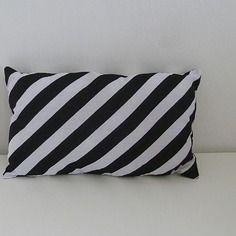 petit coussin graphique noir et blanc motif g om trique rayures et triangles double face d co. Black Bedroom Furniture Sets. Home Design Ideas