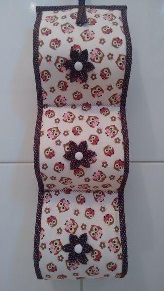 Porta Papel Higiênico feito de tecido de algodão, manta acrílica, aplicações de flor de fuxico.