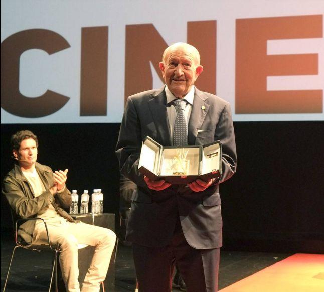 Alejandro Fernández recibe la #EspigaDeOro de Honor, de la 60 Edición de SEMINCI. Padre de la Ribera del Duero y propietario del GRUPO PESQUERA, ¡todo un icono! Muchísimas felicidades