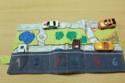 Tapis de jeux pour la voiture décoré POSCA - par A plate couture - Rougier & Plé