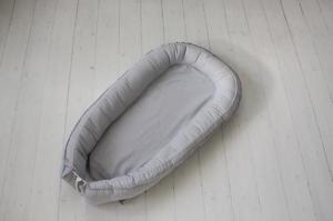 Babynest är en multifunktionell säng för en nyfödd. Den kan användas i vagnen, sängen, vaggan, på golvet i soffan. Babynest tillverkas i Sverige.