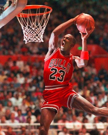 SIGLE Le bond au panier, jambes écartées, du basketteur Michael Jordan est devenu l'emblème de sa marque de chaussures et vêtements. Un saut...