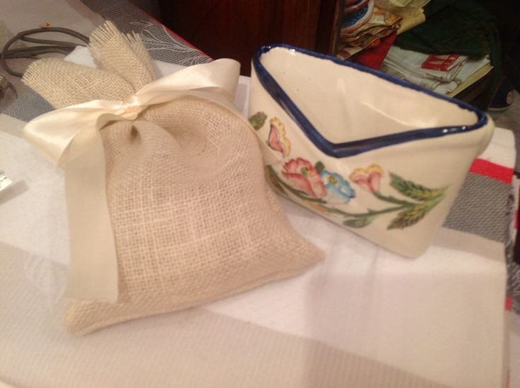 Oggetto in ceramica vietrese e confezione in iuta realizzata artigianalmente.