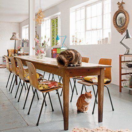 A Londres un loft dans un ancien hangar, meublé d'objets chinés    Pour en savoir plus : La salle à manger, bois et tissus fleuris - Marie Claire Maison