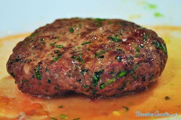 Aprende a preparar hamburguesas a la cerveza con esta rica y fácil receta.  Las hamburguesas a la cerveza no son más que las típicas hamburguesas de carne pero...