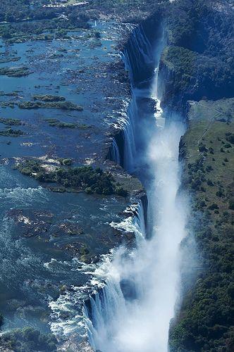 Les chutes Victoria sont l'une des plus spectaculaires chutes d'eau du monde. Elles sont situées sur le fleuve Zambèze