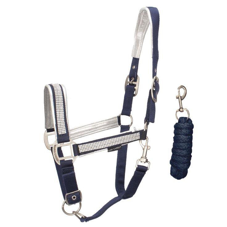 De Harry's Horse Glam Halsterset is zacht onderlegd en voorzien van strass. Het halster is op 3 plekken verstelbaar. #harryshorse #glam #halster #halsterset #strass #sparkle #blauw #blue #bridle #horse #paard #divoza #divozahorseworld #equestriansport #ruitersport