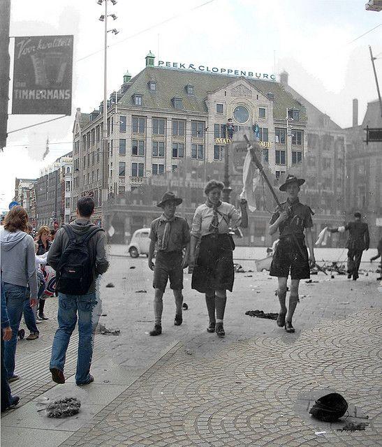 """Fantasmas da guerra - Amsterdam; jovens heróis-  7 mai (2 dias após a capitulação alemã) milhares de holandeses estavam esperando a libertadores para chegar na praça Dam, em Amesterdã.   Eles viveram cocho de 5 anos de guerra e meses de medo e fome.   em 'A grande clube """"membros da Kriegsmarine viu como a multidão abaixo de sua varanda cresceu e cresceu, as pessoas dançaram e aplaudiram."""