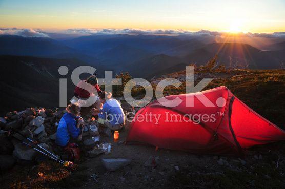 Friends Camping – lizenzfreie Stock-Fotografie