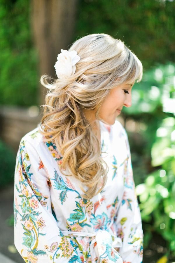 This bride is looking ohhh soooo pretty in her @plumprettysugar robe and her loose pony. Love this look!