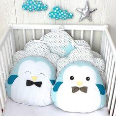 Tour de lit bébé, nuage et petits pingouins, bleu, taupe et blanc
