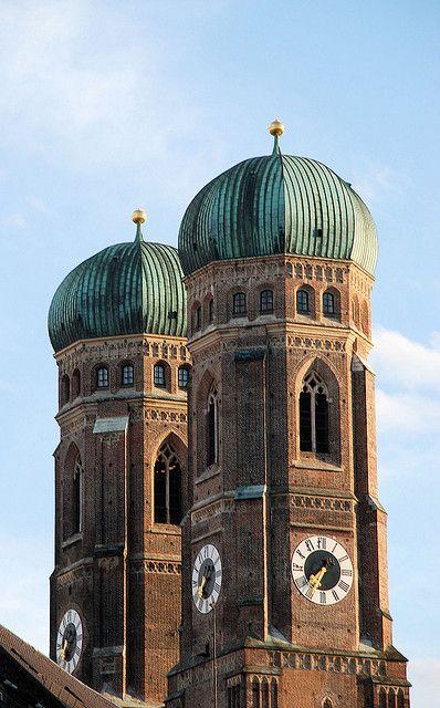 """Das Wahrzeichen der Stadt: Die beiden gotischen Türme der Dom- und Stadtpfarrkirche """"Zu unserer lieben Frau"""""""