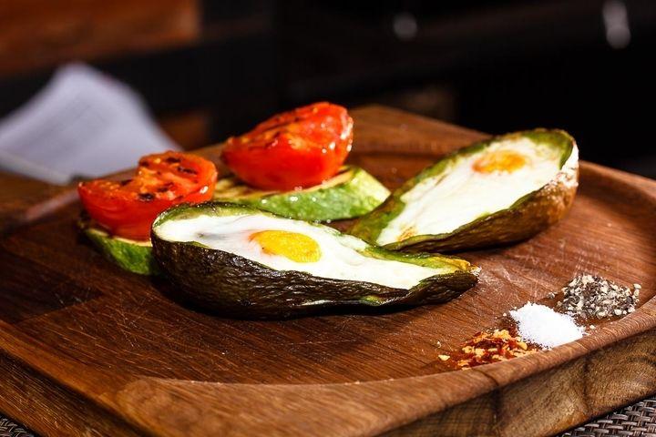 Яйца, запеченные в авокадо - пошаговый рецепт с фото: Однажды мы уже рассказывали о 9 интересных способах подачи обыкновенной яичницы . Шеф-повар ресторана il FORNO... - Леди Mail.Ru