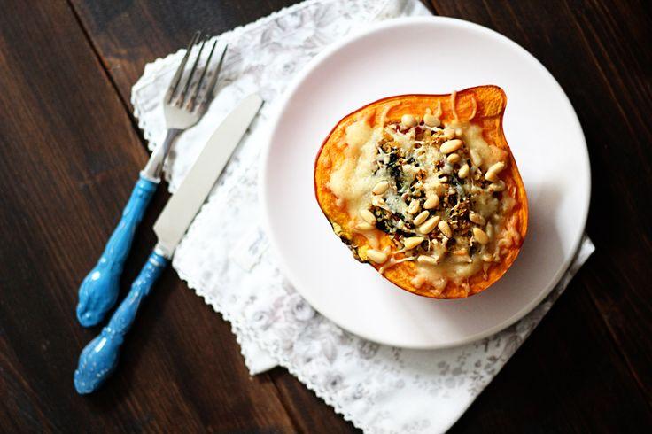 Kürbis kann man nicht nur zu Suppe verarbeiten, auch gefüllter Kürbis ist ein tolles Essen und macht optisch auch noch was her.