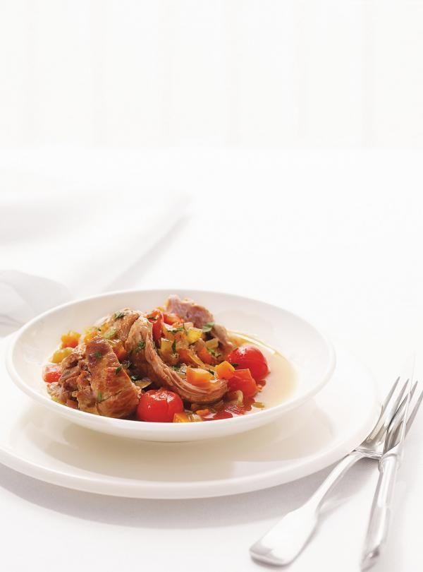 Recette de rôti de veau braisé à la tomate cerise. Accompagner dune purée de pommes de terre. Ingrédients de la recette: rôti de veau, tomates cerises, carottes...