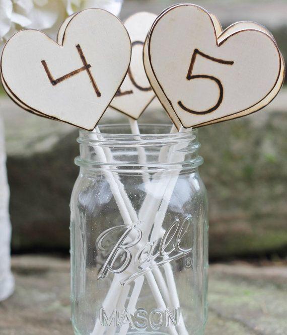 Tavolo rustico numeri Wedding incisa cuori su di MichelesCottage