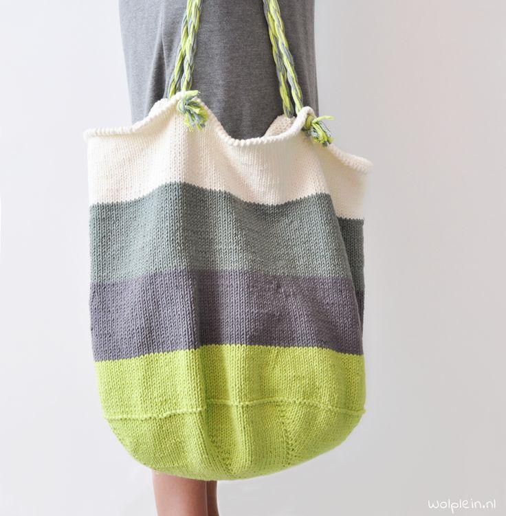 De strandtas breien? Deze royale shopper is hip, trendy en ideaal voor het strand. Combineer je favo kleuren en maak \'m nu! Bekijk hier het gratis patroon.