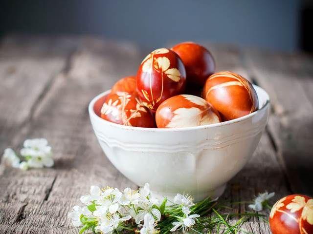 Netradiční barvení velikonočních vajíček. Zkusíte to cibulí a čajem