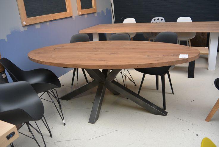 Ovale tafel van walnoten hout gecombineerd met industriele stalen ...