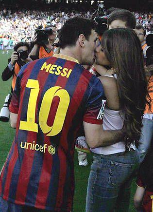 El apasionado beso de Messi a Antonella - Foto 1