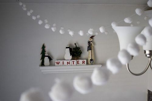А еще новогоднюю гирлянду можно сделать из ватных шариков или ватных дисков, нанизав их на нитку.