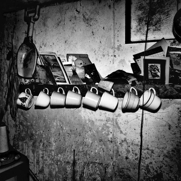 Μέσα στο σπίτι ενός δωματίου του 68χρονου Allen Tomah. Στο Passamaquoddy Pleasant Point Reservation στο Maine, το 42% των κατοίκων ζουν σε συνθήκες φτώχειας. (Matt Black / Magnum Photos)