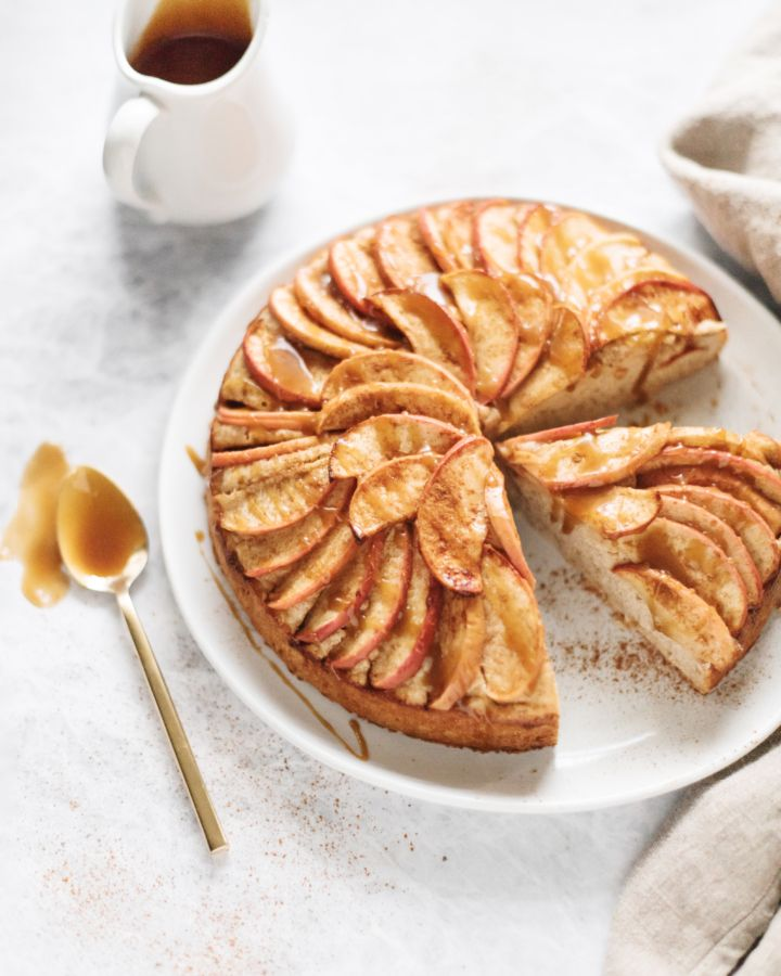 Spiced apple cake with salted maple caramel that will make you feel warm and cozy   Teak & Thyme   #cake #apples #saltedcaramel #applecake