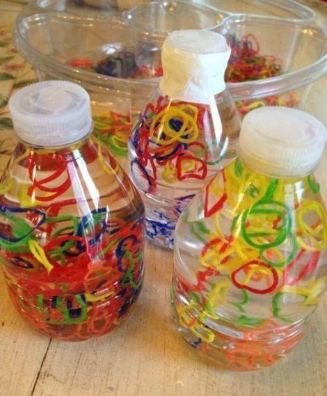 Garrafas sensoriais são garrafas plásticas, em diferentes tamanhos e cores, preenchidas com objetos que despertem a curiosidade da c...