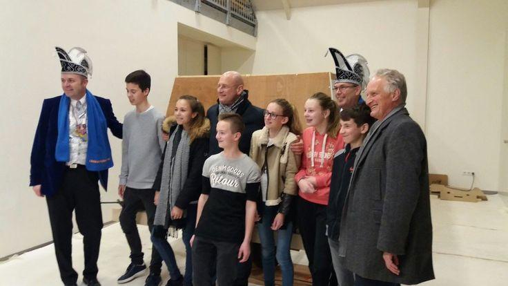 Samen met de burrie ( burgemeester van Hoorn ) op bezoek bij jeugdbouwgroep in Zwaag. Bouwen voor de grote carnavalsoptocht in Zwaag!