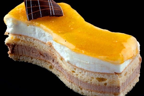 Este pastel es delicioso gracias a la combinación de un jugoso bizcocho con una dulzona crema de yema y la suavidad que le aporta la nata montada. Hay vers